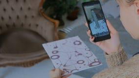 Femme à l'aide du smartphone avec la réalité augmentée APP et plaçant le modèle virtuel