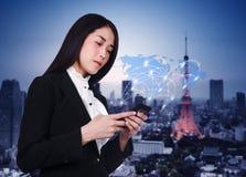 Femme à l'aide du smartphone avec le réseau social de media du monde image stock