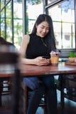 Femme à l'aide du smartphone dans le café image stock