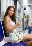 Femme à l'aide du smartphone dans le souterrain Photos libres de droits