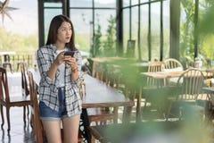 Femme à l'aide du smartphone en café photo libre de droits