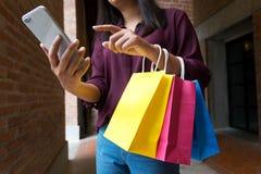 Femme à l'aide du smartphone pour faire des emplettes en ligne, concept de achat image stock