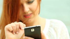 Femme à l'aide du smartphone sur la plage banque de vidéos