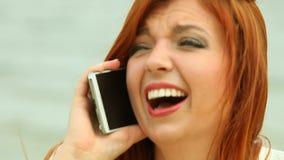 Femme à l'aide du smartphone sur la plage clips vidéos