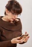 Femme à l'aide du téléphone Photographie stock