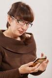 Femme à l'aide du téléphone Photo stock