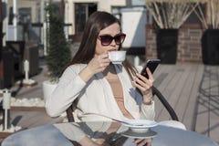 Femme à l'aide du téléphone Image libre de droits