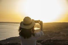 Femme à l'aide du téléphone Photographie stock libre de droits