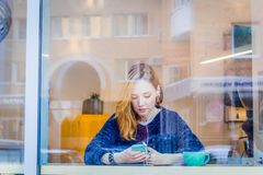 Femme à l'aide du téléphone dans le café photos stock