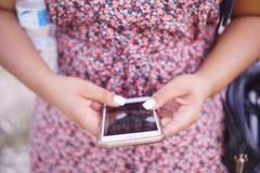 Femme à l'aide du téléphone portable Image libre de droits