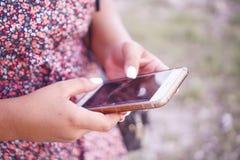 Femme à l'aide du téléphone portable Photographie stock libre de droits