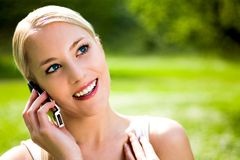Femme à l'aide du téléphone portable Photo libre de droits
