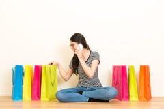 Femme à l'aide du téléphone portable parlant avec des amis Image libre de droits