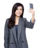 Femme à l'aide du téléphone portable pour prendre le selfie image libre de droits