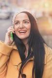 Femme à l'aide du téléphone portable sur la rue de ville Photo stock