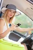 Femme à l'aide du téléphone tout en conduisant sa voiture images libres de droits