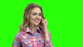 Femme à l'aide du téléphone transparent sur l'écran vert banque de vidéos