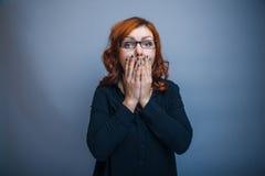 femme à l'air européen 30 ans son couvert de mains Photos libres de droits