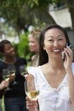 Femme à l'appel tenant le verre de vin Photos libres de droits