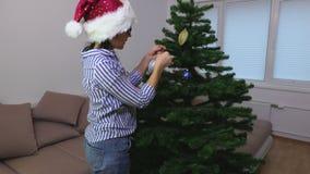 Femme à l'arbre de Noël banque de vidéos