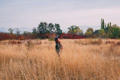 Femme à l'automne de champ image stock