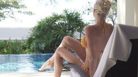 Femme à l'hôtel de tourisme tropical banque de vidéos