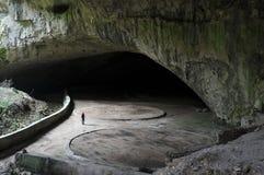 Femme à l'intérieur de caverne de Devetashka Images stock