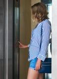 Femme à l'intérieur de l'ascenseur photos libres de droits