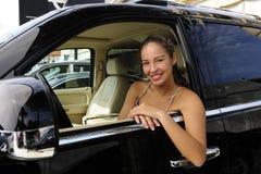 Femme à l'intérieur de son véhicule tous terrains Photos stock