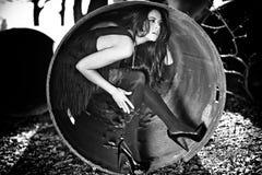 Femme à l'intérieur du tube en métal Image stock