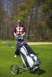 Femme à l'intervalle de golf avec le sac de chariot Photo libre de droits