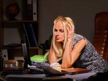 Femme à l'ordinateur tard dans la nuit Photos libres de droits