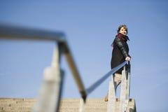 Femme à la balustrade Photo stock