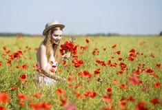 Femme à la belle fleur de recherche blanche de robe Image stock