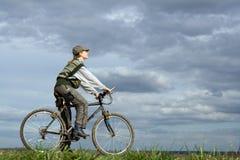 Femme à la bicyclette Photos stock