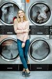 Femme à la blanchisserie photo stock