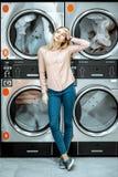 Femme à la blanchisserie image stock