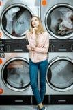 Femme à la blanchisserie photos stock