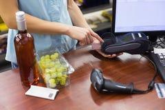 Femme à la caisse enregistreuse payant avec la carte de crédit photos libres de droits