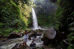 Femme à la cascade géante de Nungnung sur l'île de Bali, Indonésie Image libre de droits