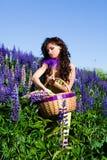 Femme à la centrale du Lupine sauvage violet Image libre de droits