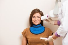 Femme à la chirurgie du dentiste Image stock