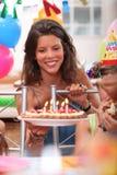 Femme à la fête d'anniversaire photo stock