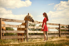 Femme à la ferme avec son cheval Photos stock