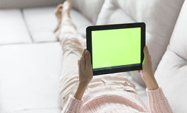 Femme à la maison détendant photographie stock libre de droits