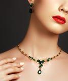 Femme à la mode élégant avec le bijou Concept de mode photos stock