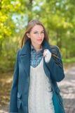 Femme à la mode attirante dehors en automne image stock
