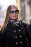Femme à la mode avec le manteau, le sac, l'écharpe et les lunettes de soleil Image libre de droits