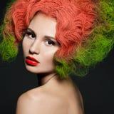 femme à la mode avec les cheveux verts image libre de droits