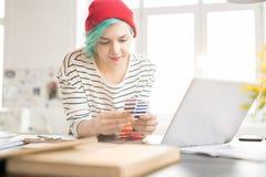 Femme à la mode créative travaillant dans le studio de conception photos stock